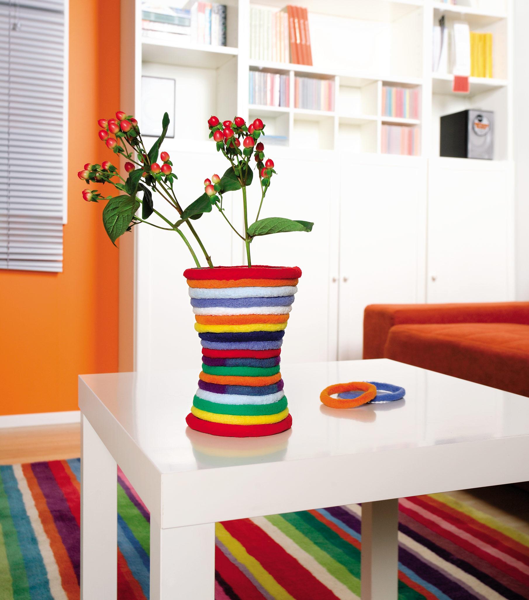 Мягкие резинки в декоре вазы