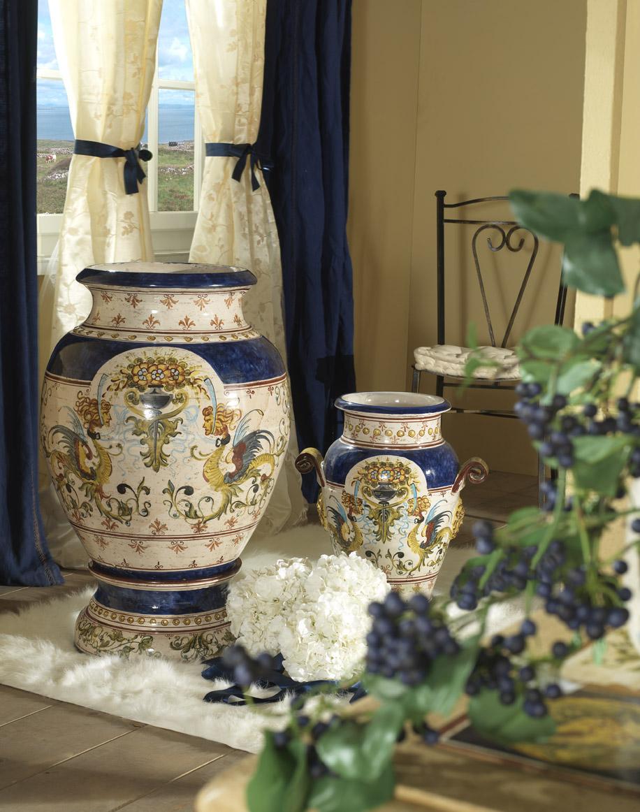 Красивые вазы с рисунками в интерьере гостиной