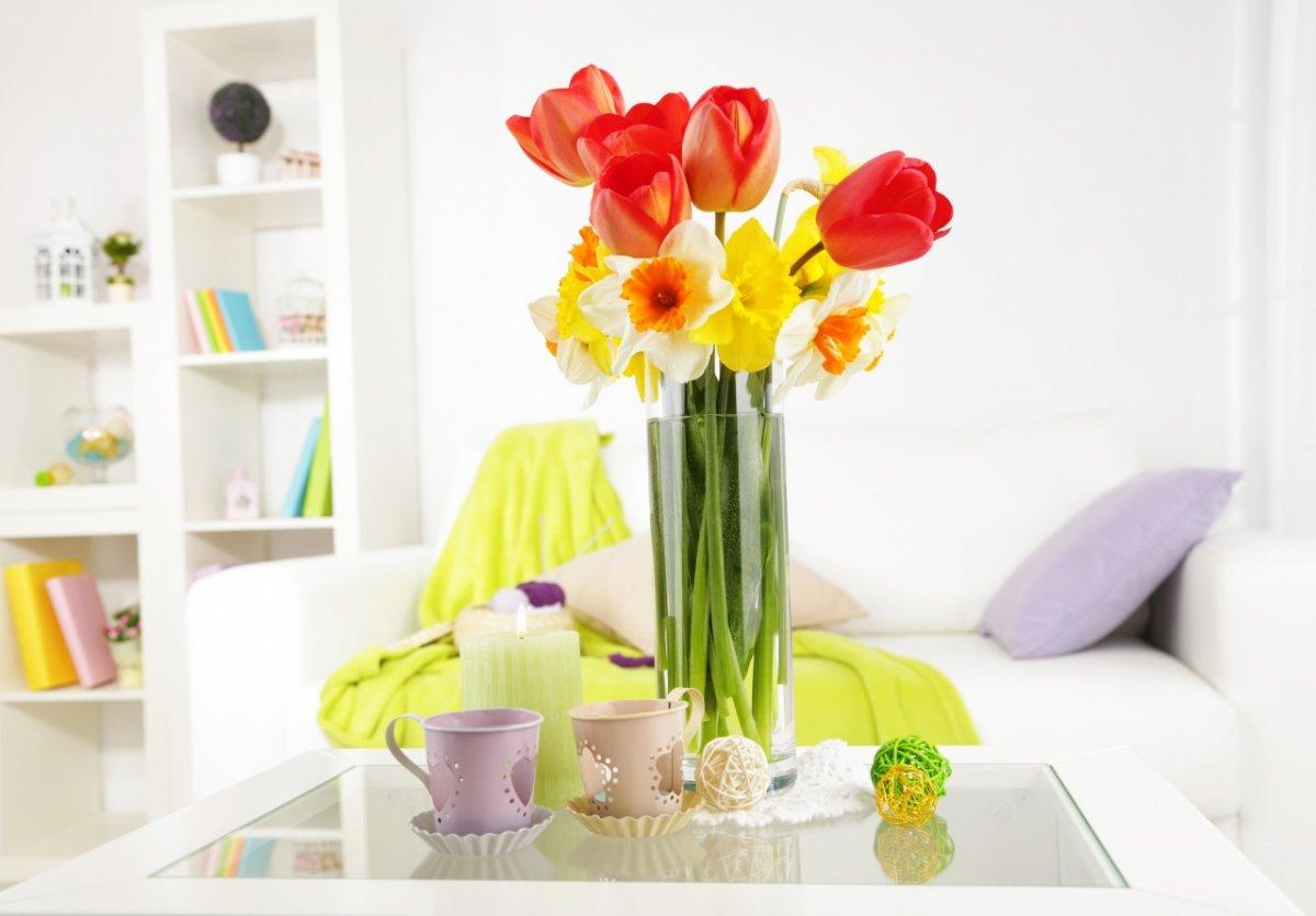 Красивая стеклянная ваза в интерьере