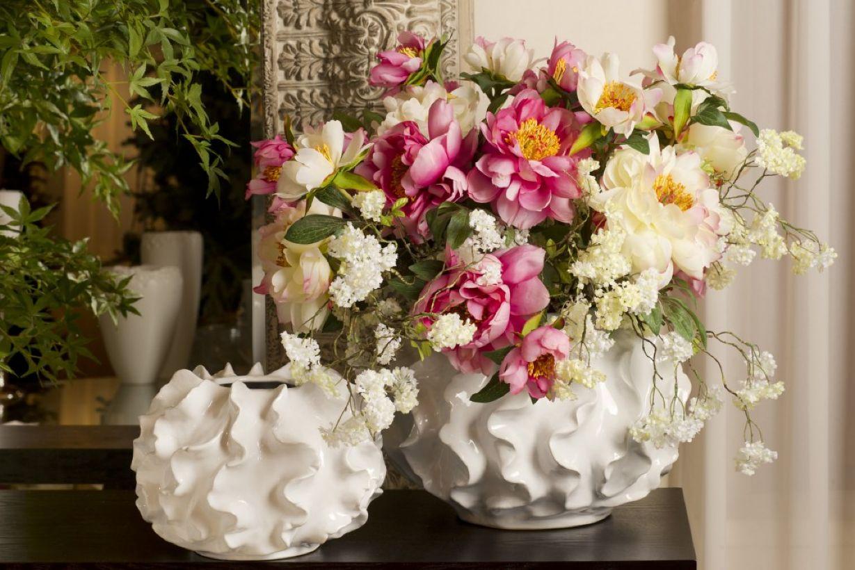 Белые вазы необычной формы в интерьере