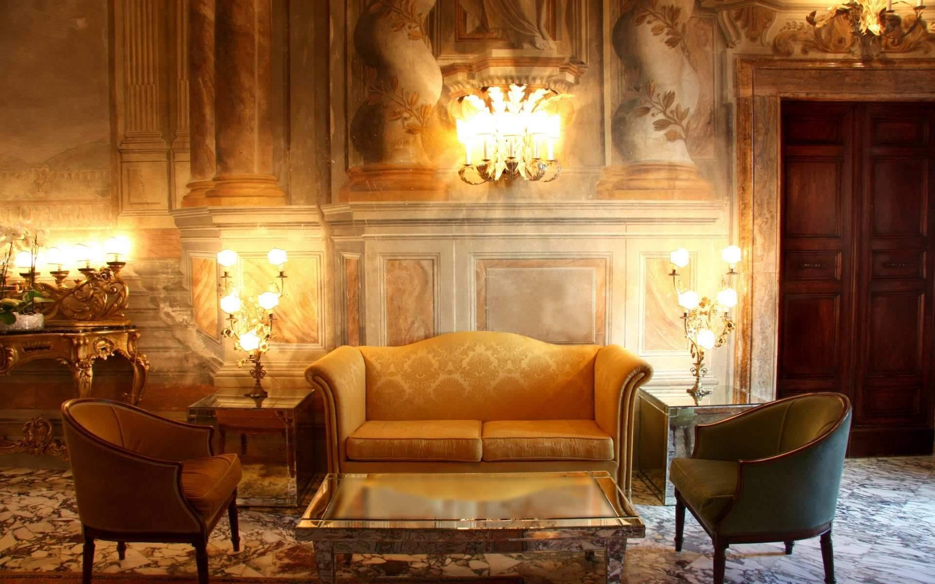 Обильное освещение в гостиной в викторианском стиле