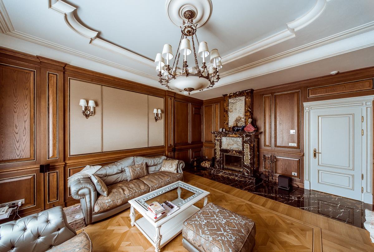 Коричнево-белая гостиная в викторианском стиле