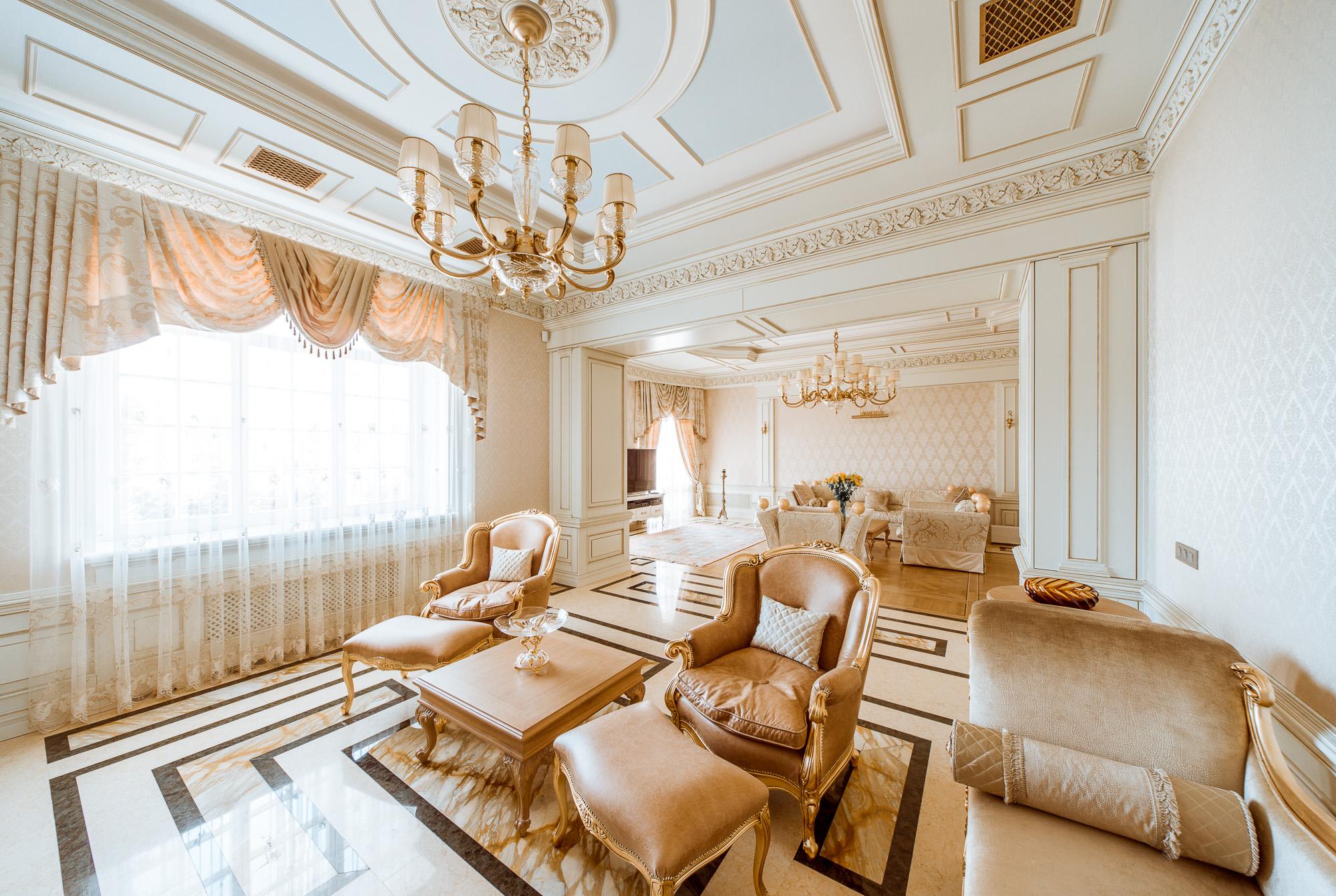 Большая бежево-белая гостиная в викторианском стиле