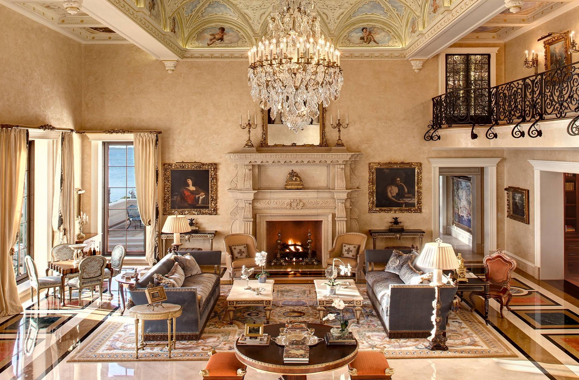 Большая гостиная с камином в викторианском стиле