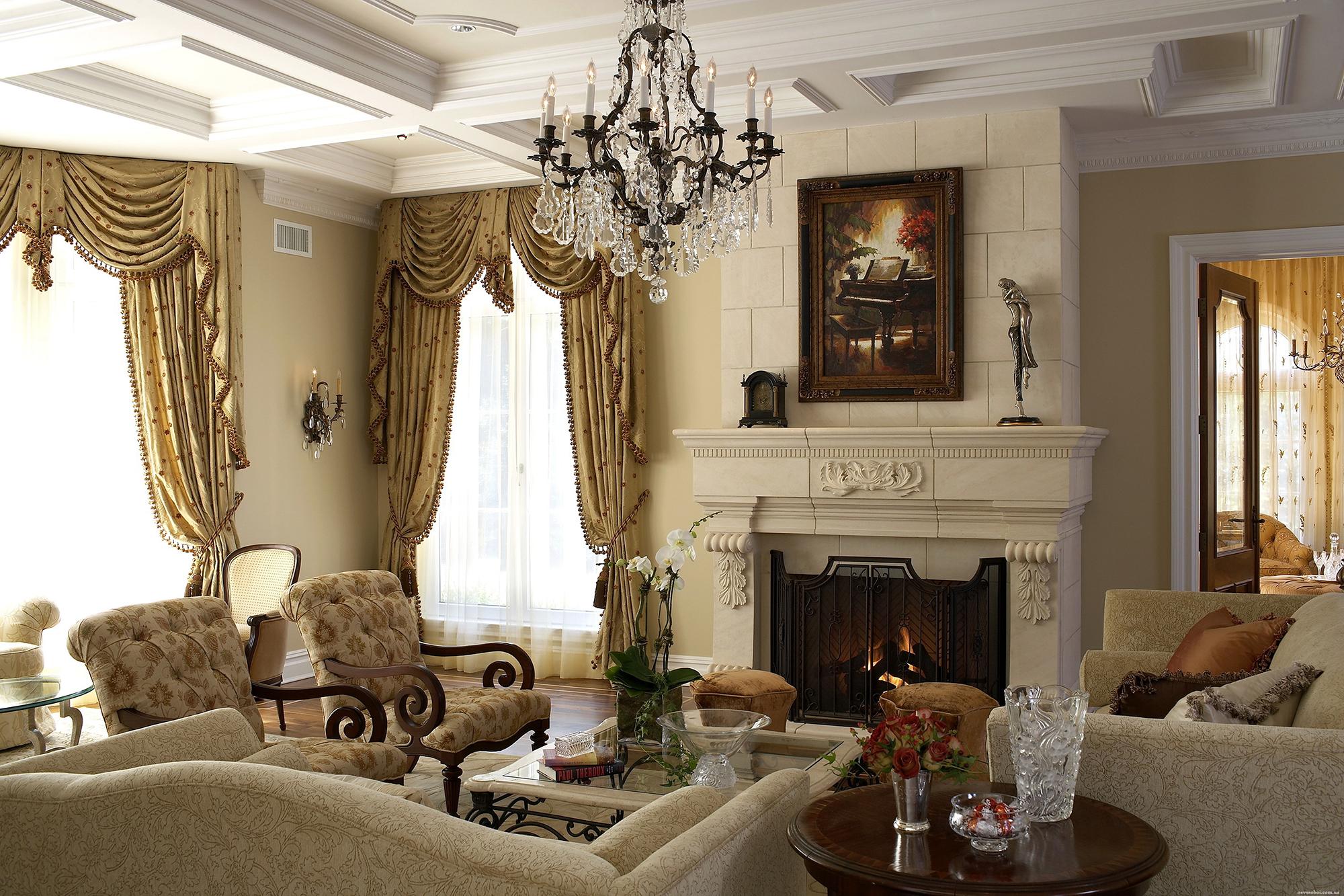 Кремово-белая гостиная с камином в викторианском стиле
