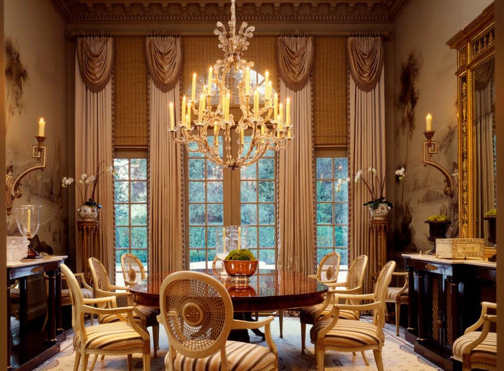 Столовая с красивой мебелью в викторианском стиле