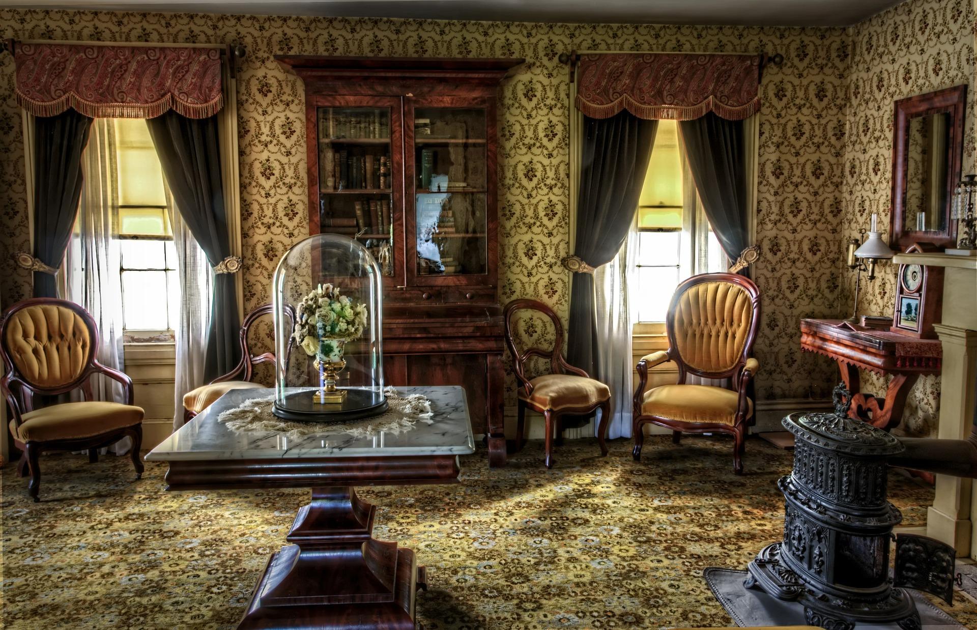 Красивая мебель в гостиной в викторианском стиле