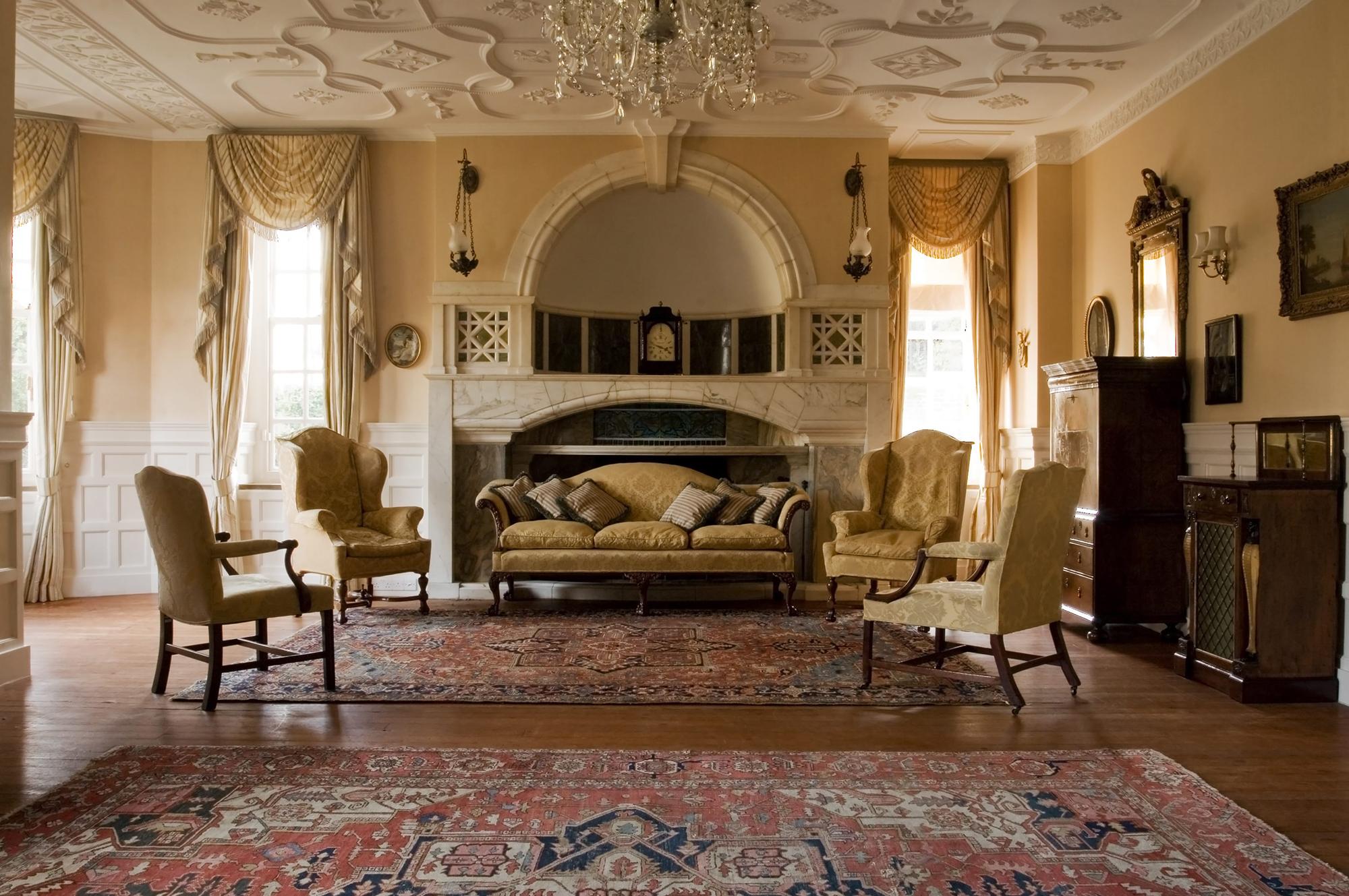 Бежевые стены в гостиной в викторианском стиле