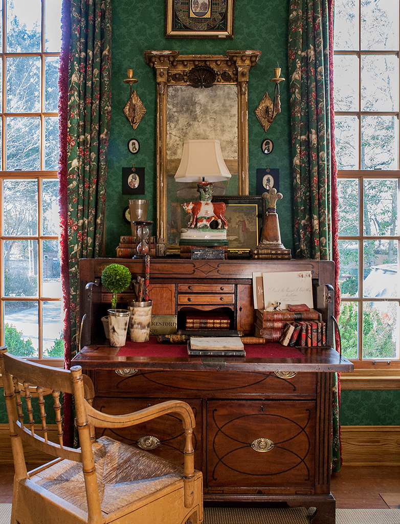 Оформление стены и окон в викторианском стиле