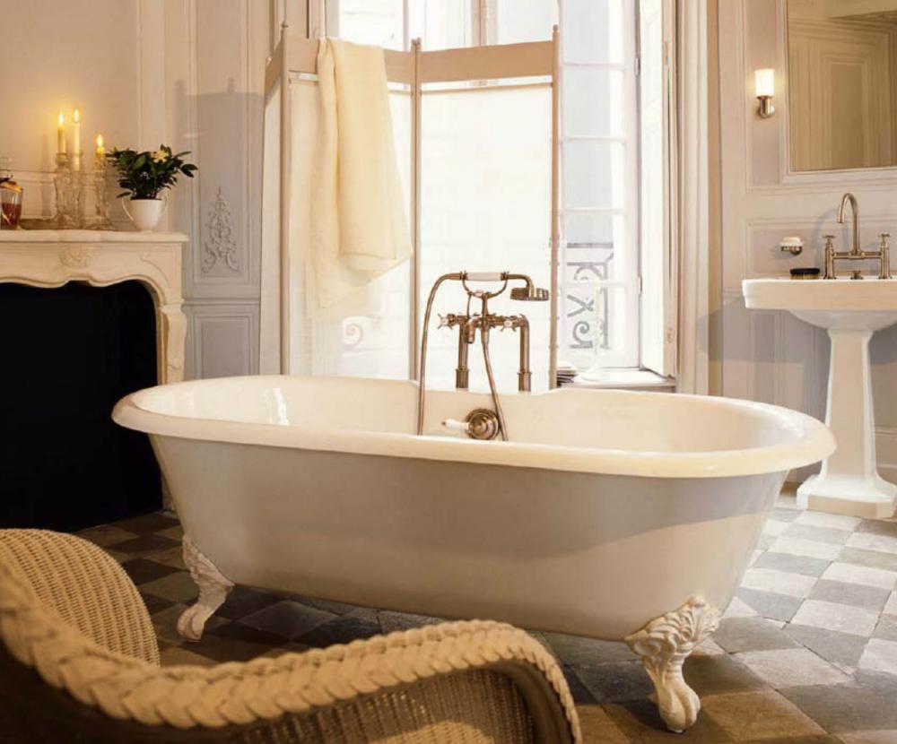 Ванная комната в винтажном стиле с ванной посередине