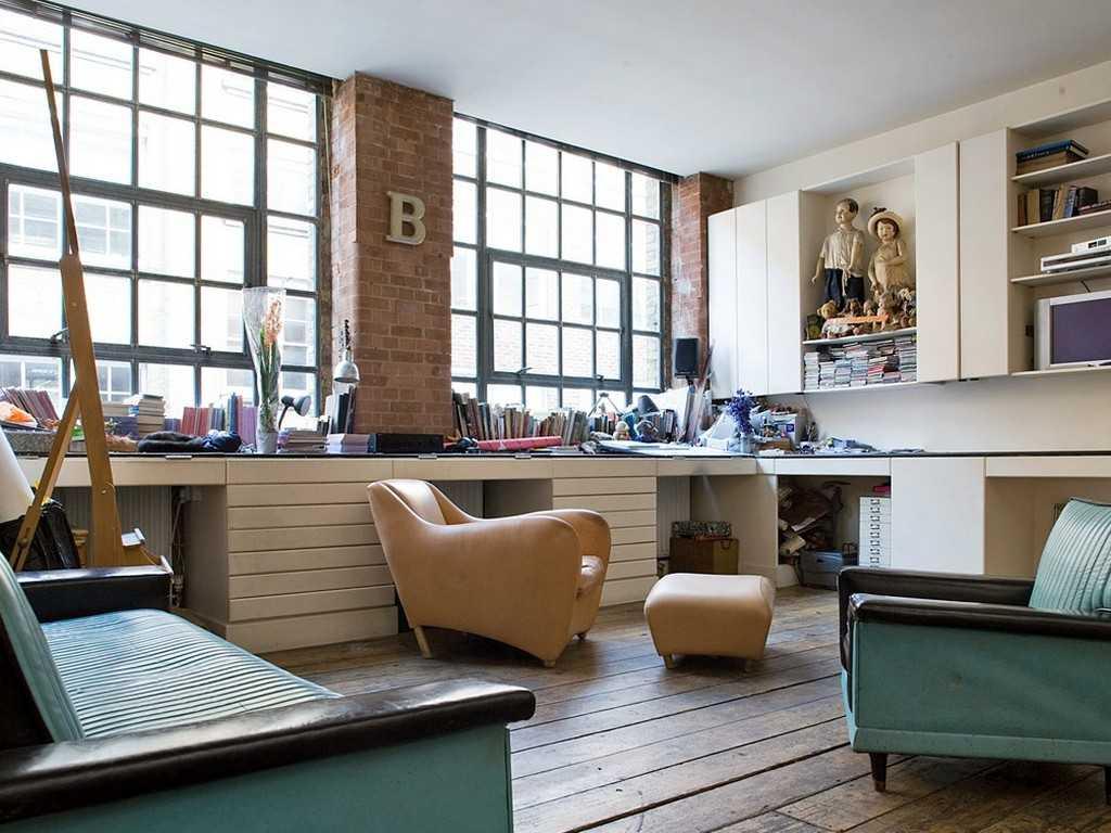 Гостиная в стиле винтаж с большим рабочим столом