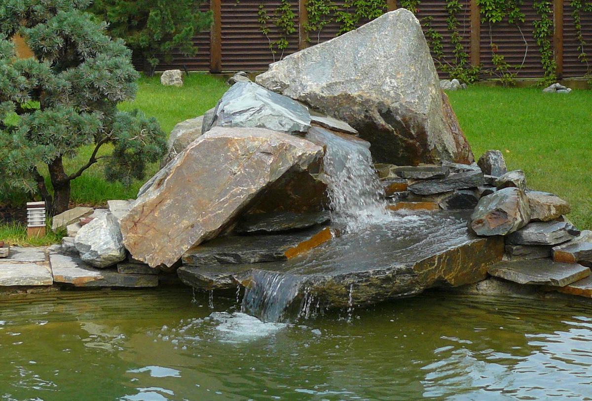 Большие камни в оформлении водопада