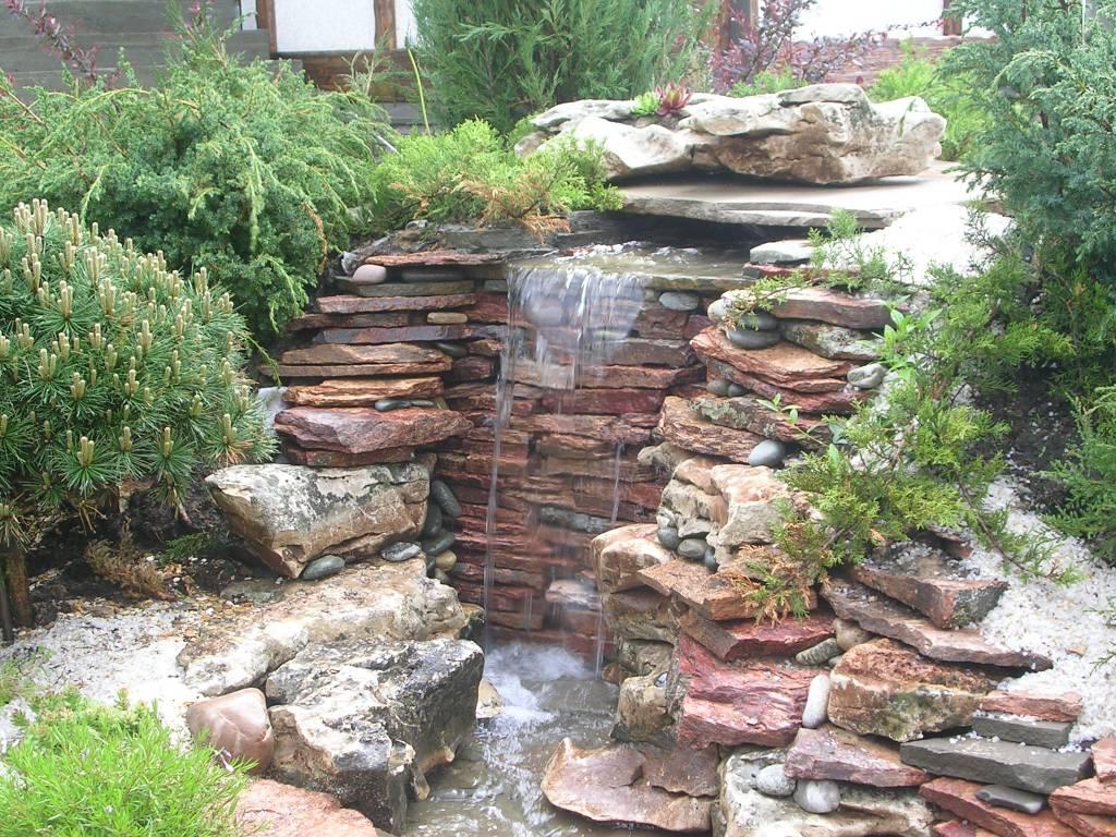 Водопад и хвойные растения в ландшафтном дизайне
