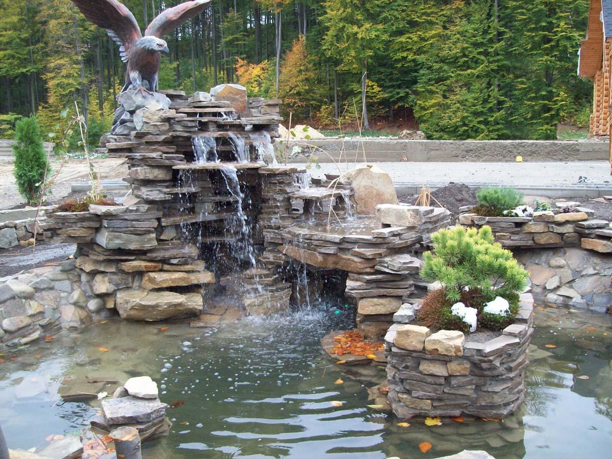 Водопад с прудом, растениями и архитектурой малой формы