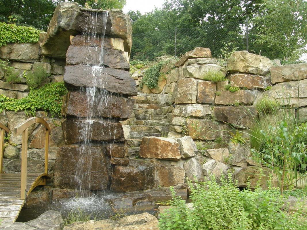 Высокий водопад на даче