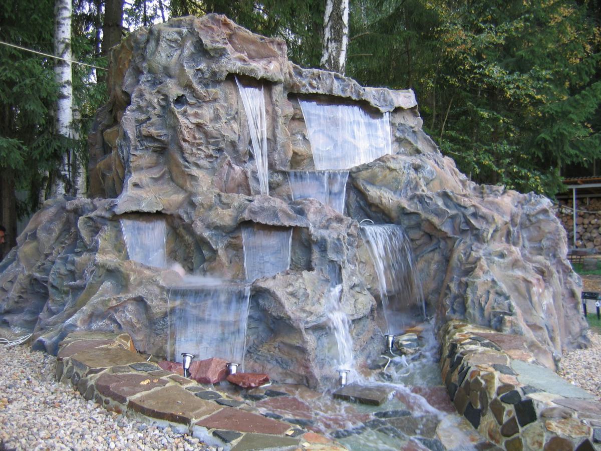 Большой необычный водопад на участке