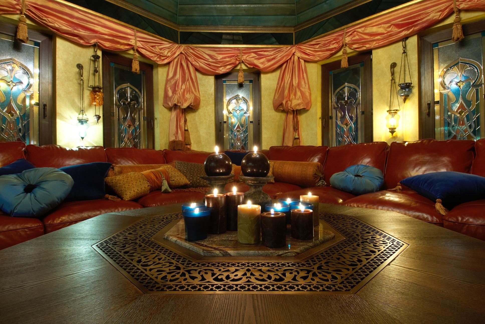 Просторная и уютная гостиная в восточном стиле