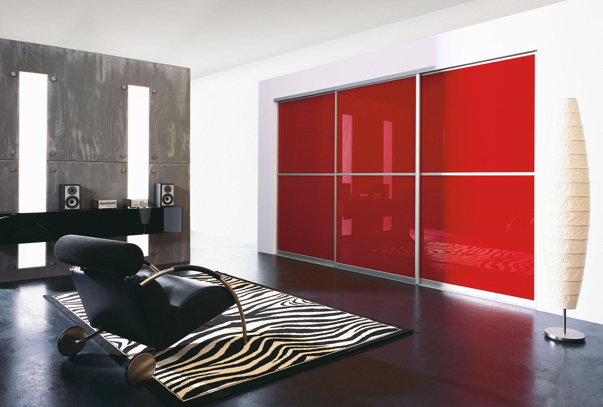 Встроенный красный шкаф купе