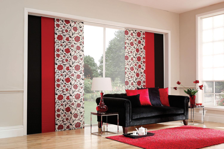 Яркие разноцветные японские шторы в гостиной