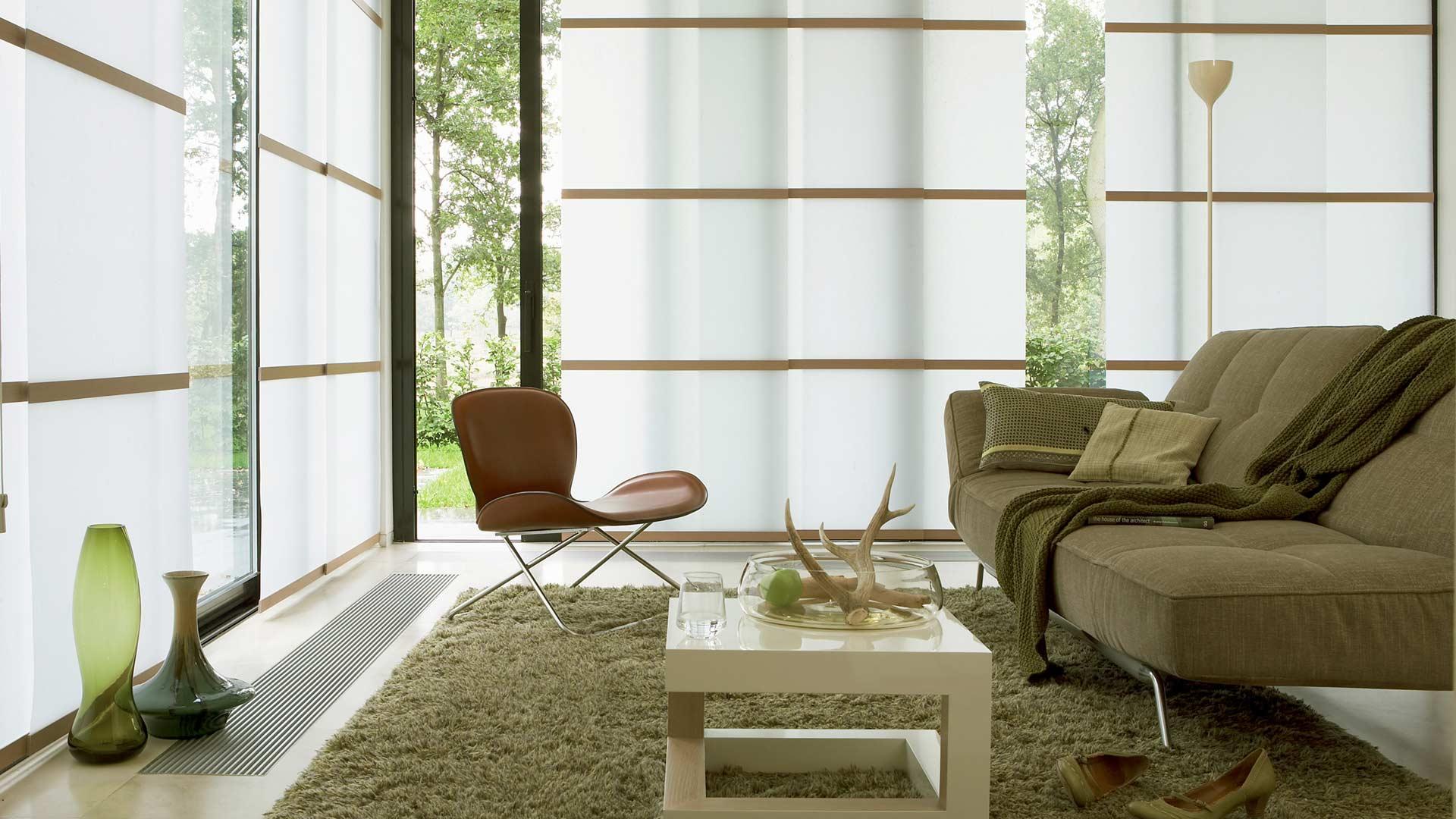 Бело-коричневые японские шторы в гостиной