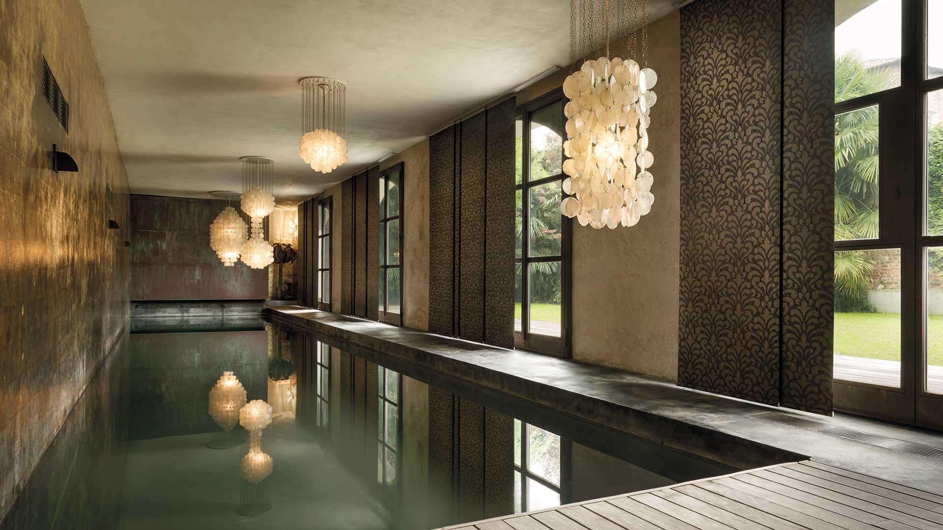 Коричневые японские шторы с узорами у бассейна