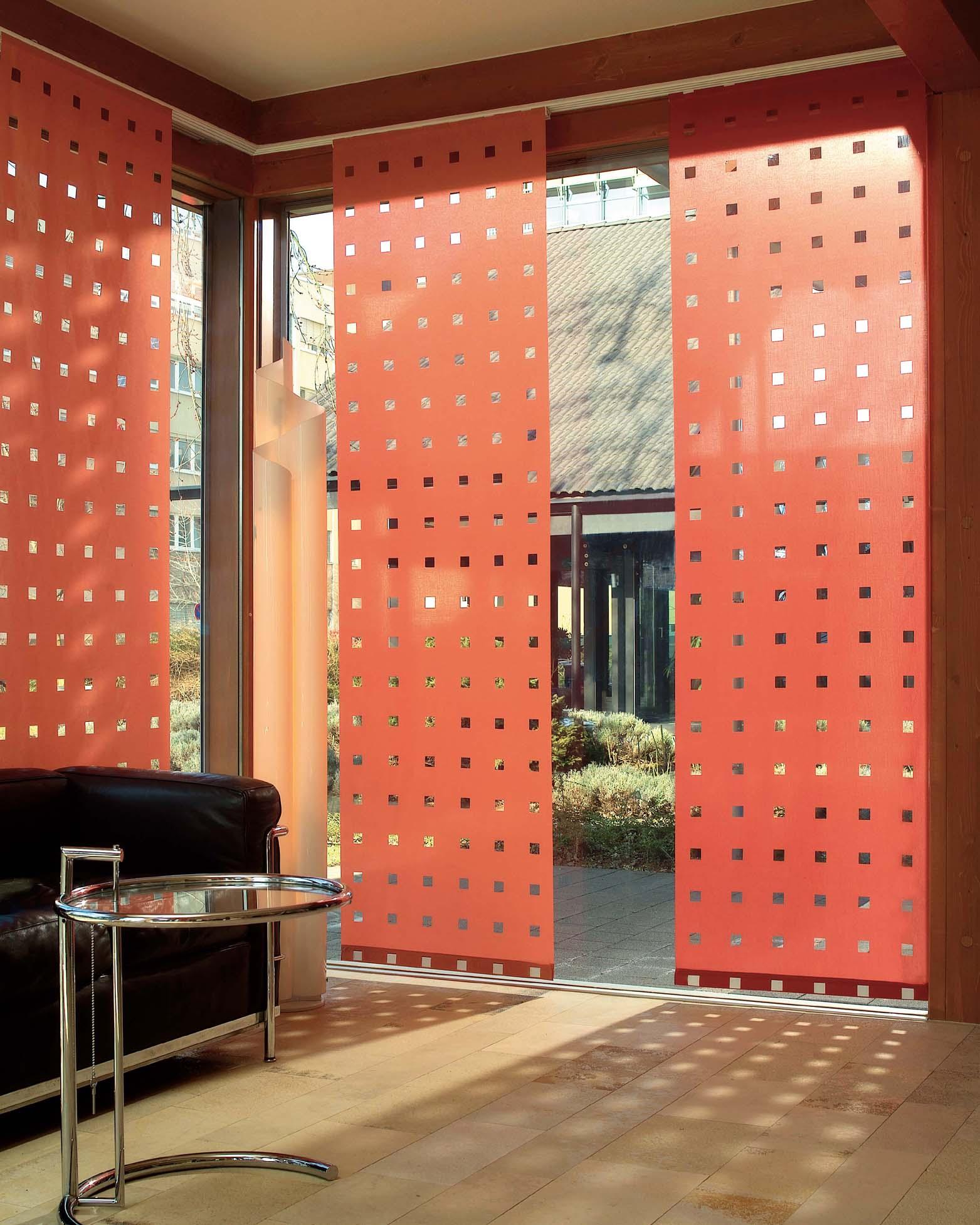 Красные японские шторы с просветами в гостиной