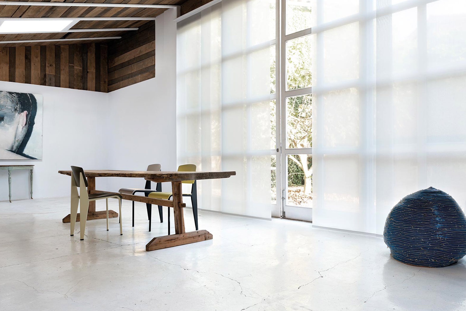 Белые японские шторы в большой гостиной