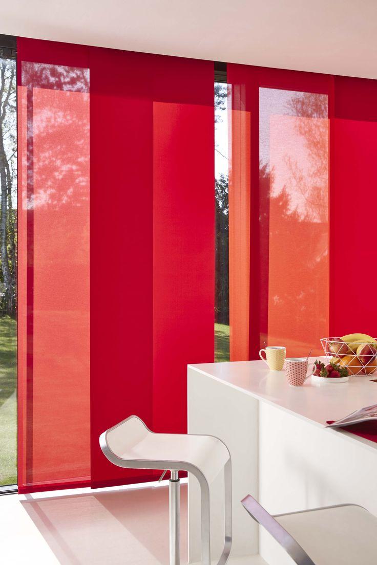 Красные японские шторы на кухне