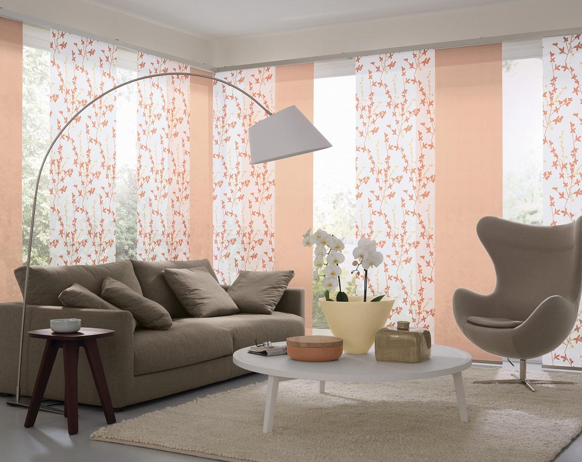 Персиково-белые японские шторы в гостиной