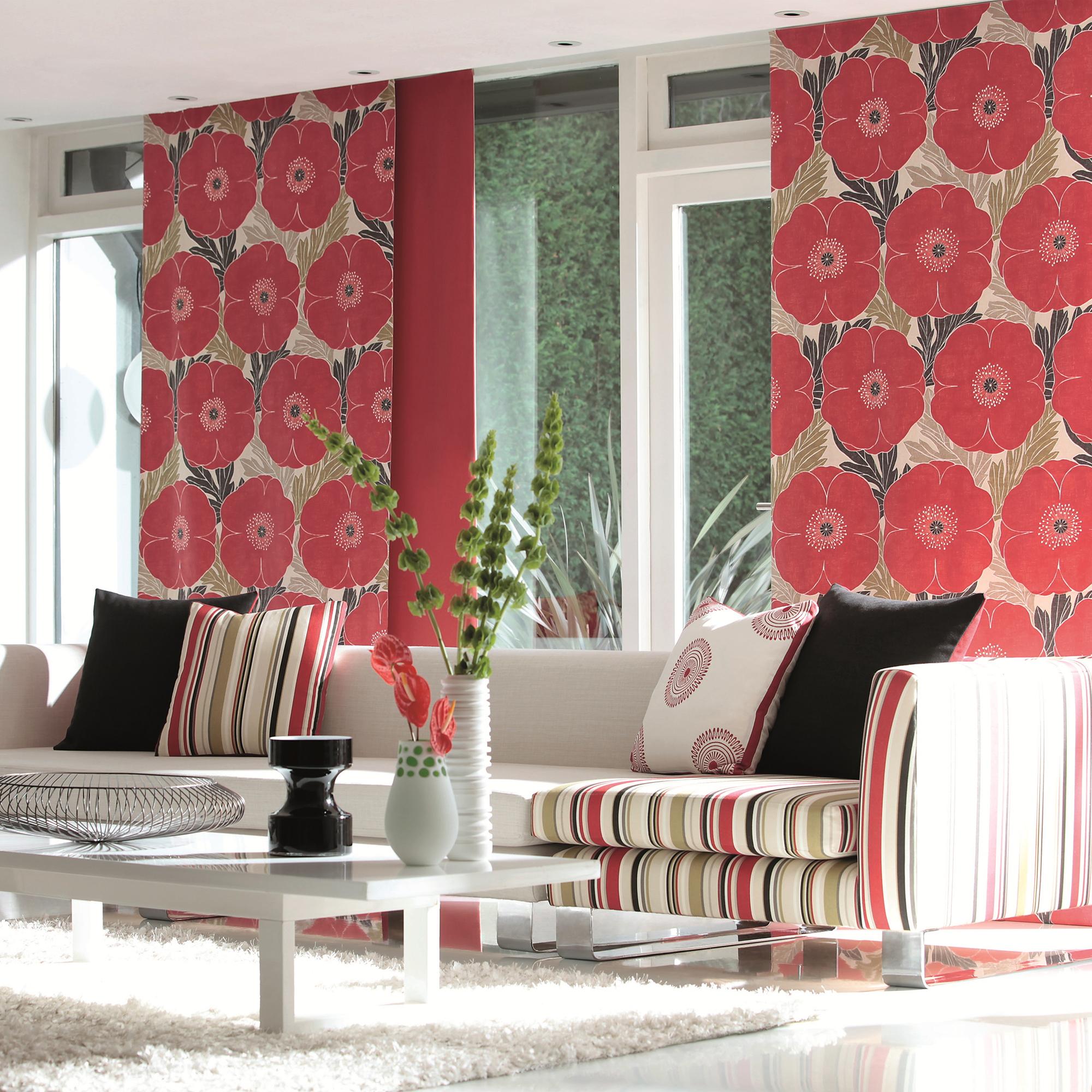 Красные японские шторы с красными цветами в гостиной