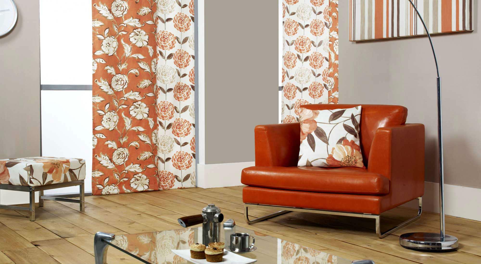 Цветочные японские шторы в оранжевых тонах в гостиной