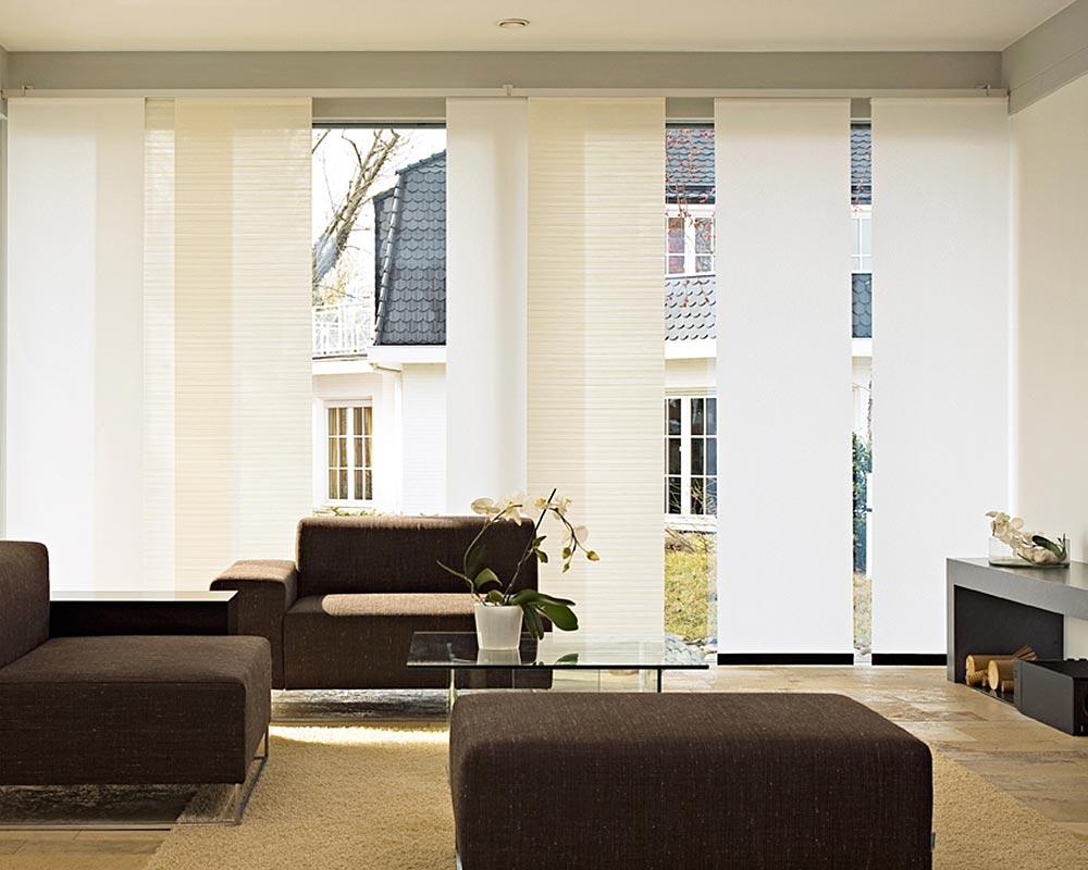 Бежевые и белые японские шторы в гостиной