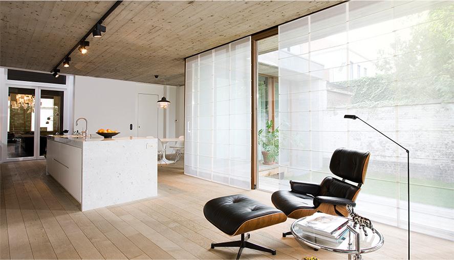 Белые полупрозрачные японские шторы на кухне