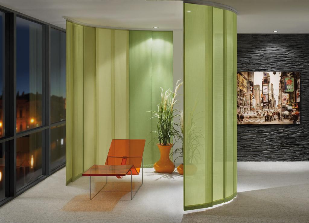 Салатовые японские шторы в гостиной для отделения уединенной зоны отдыха