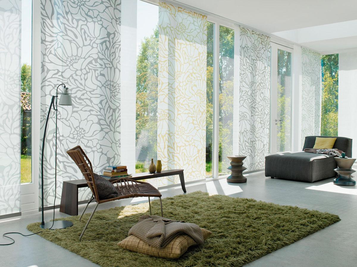 Светлые японские шторы с рисунком в гостиной