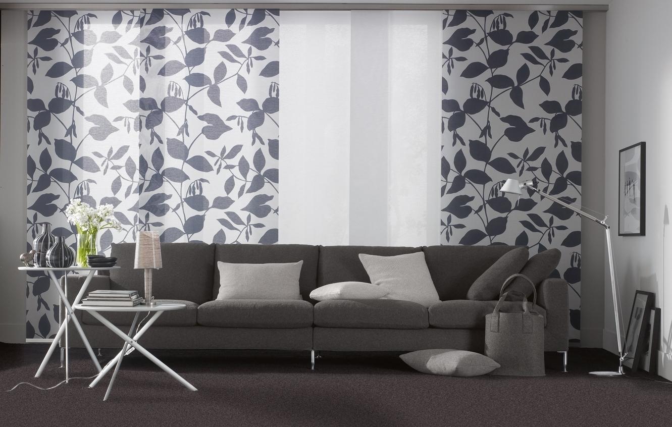 Бело-серые японские шторы в гостиной
