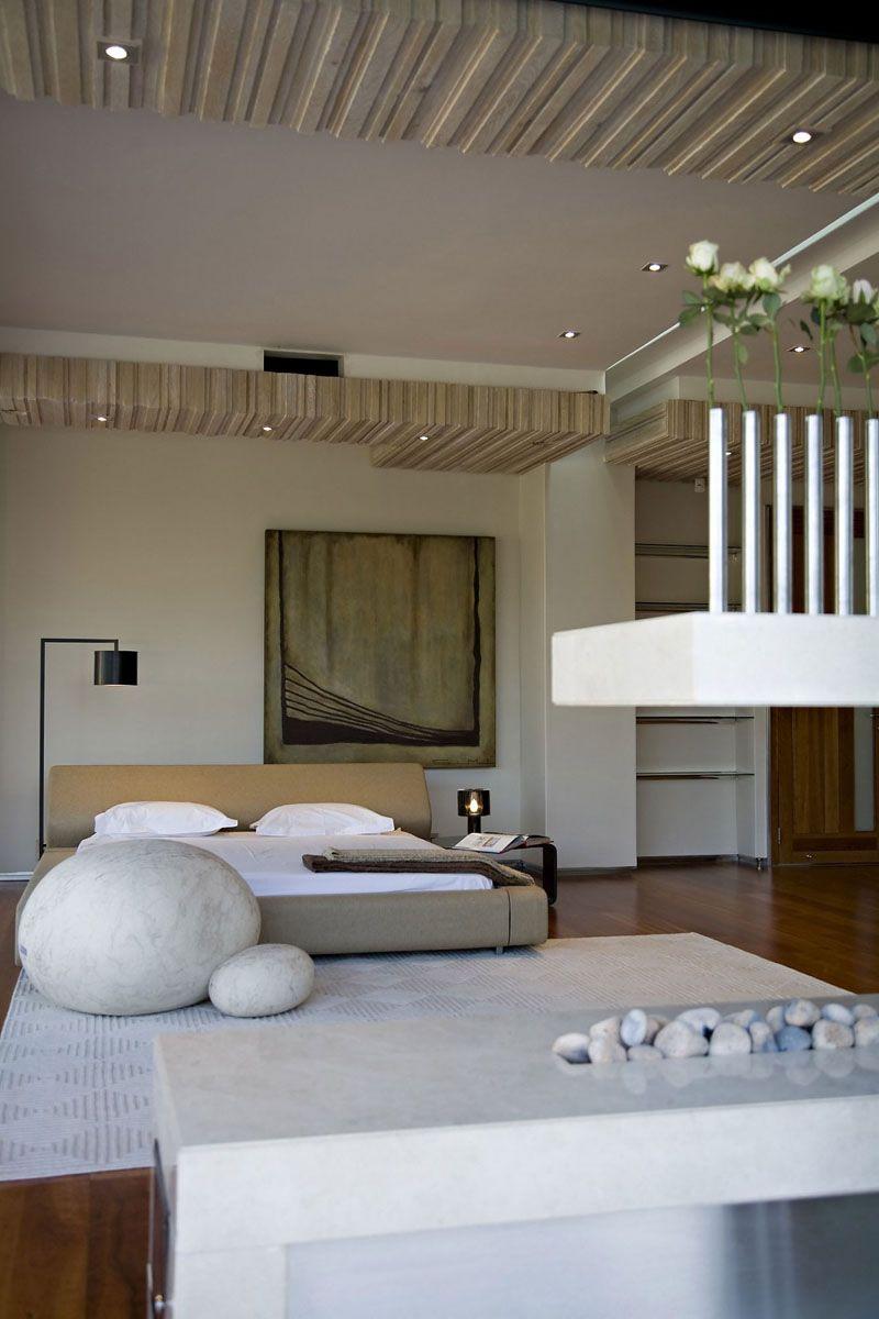 Спальня с пуфами под камни в японском стиле