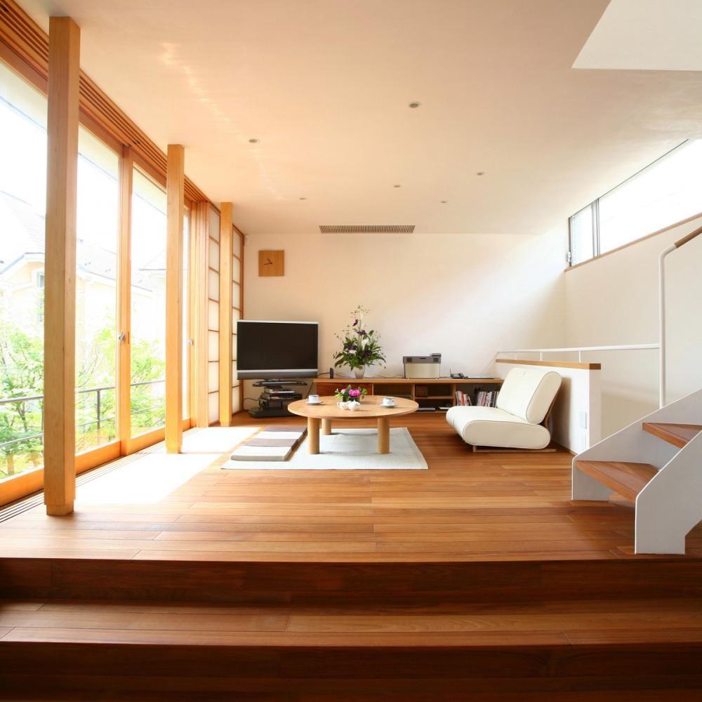 Красивая бело-бежевая гостиная в японском стиле