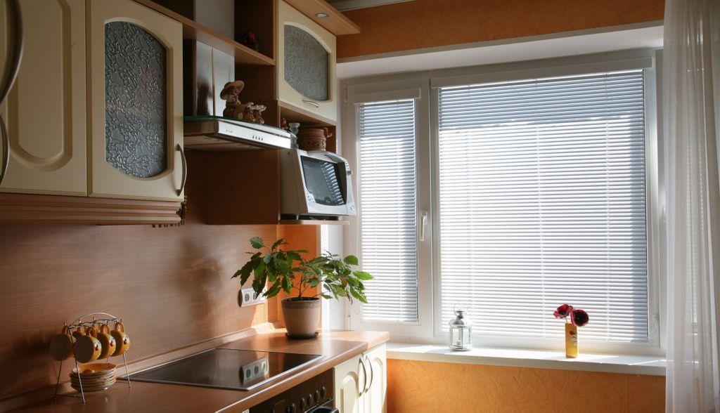 Горизонтальные жалюзи на кухне