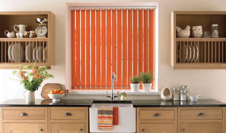 Оранжевые вертикальные жалюзи на кухне
