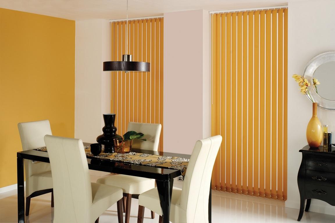 Желтые вертикальные жалюзи на кухне