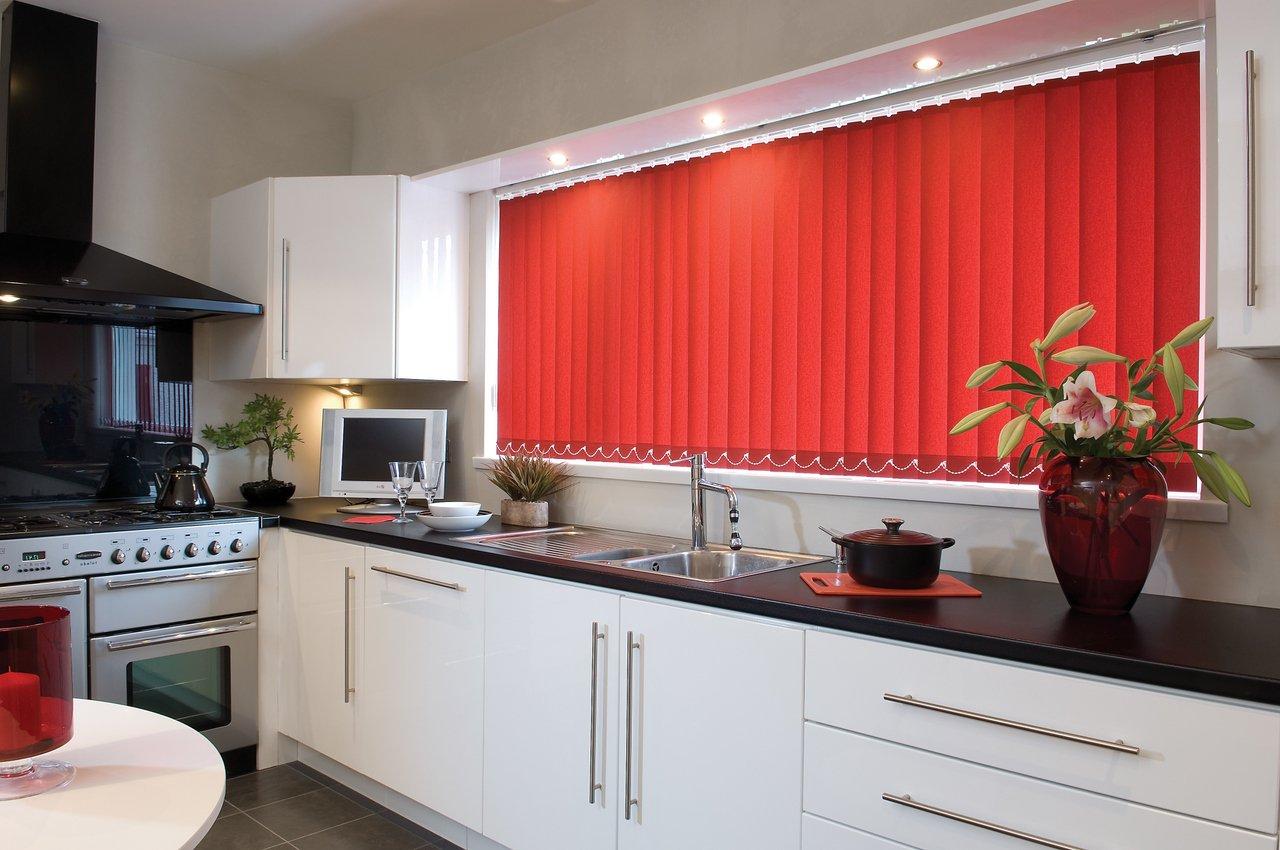 Красные вертикальные жалюзи на кухне
