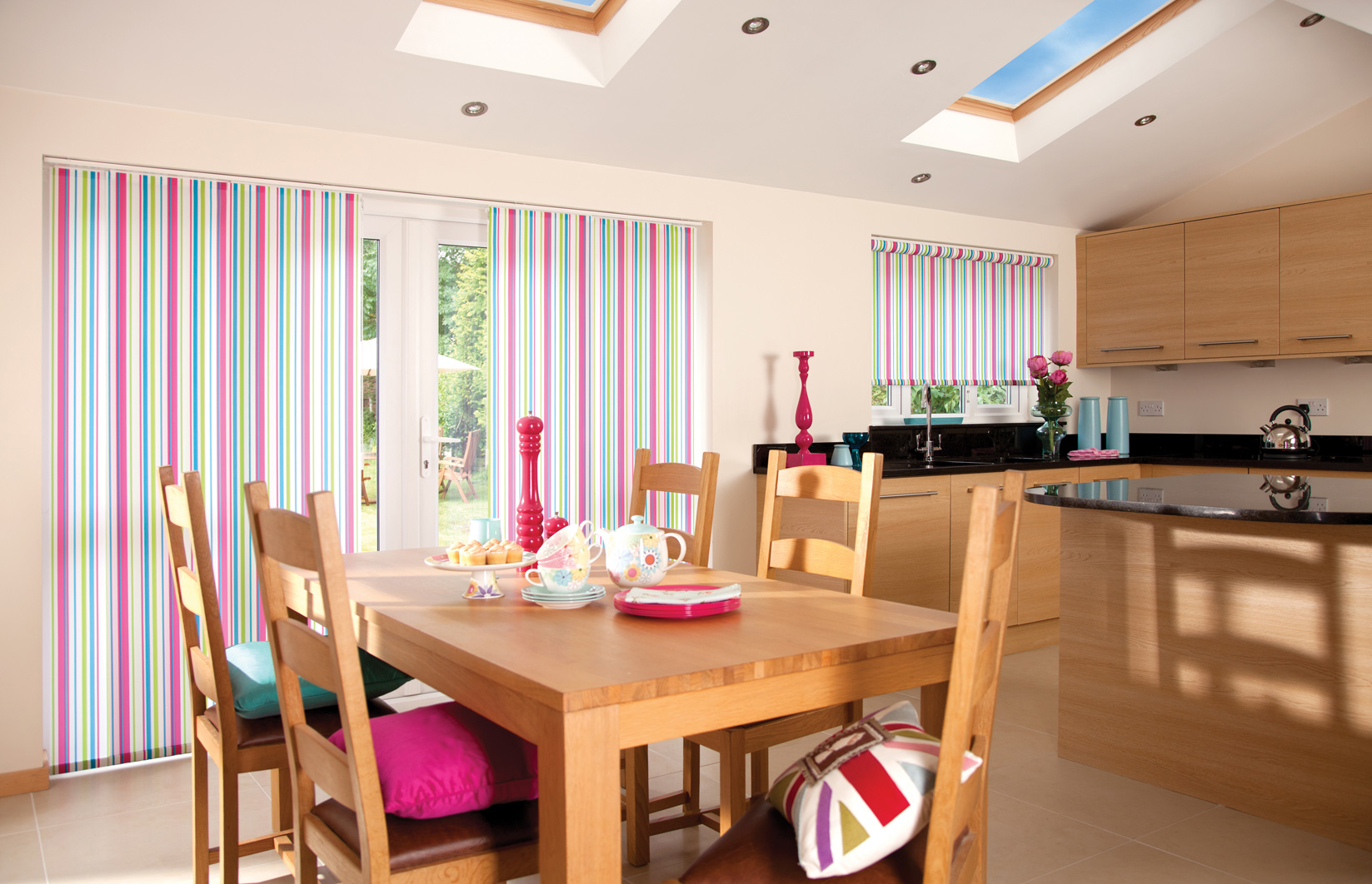 Полосатые рулонные жалюзи-шторы на кухне
