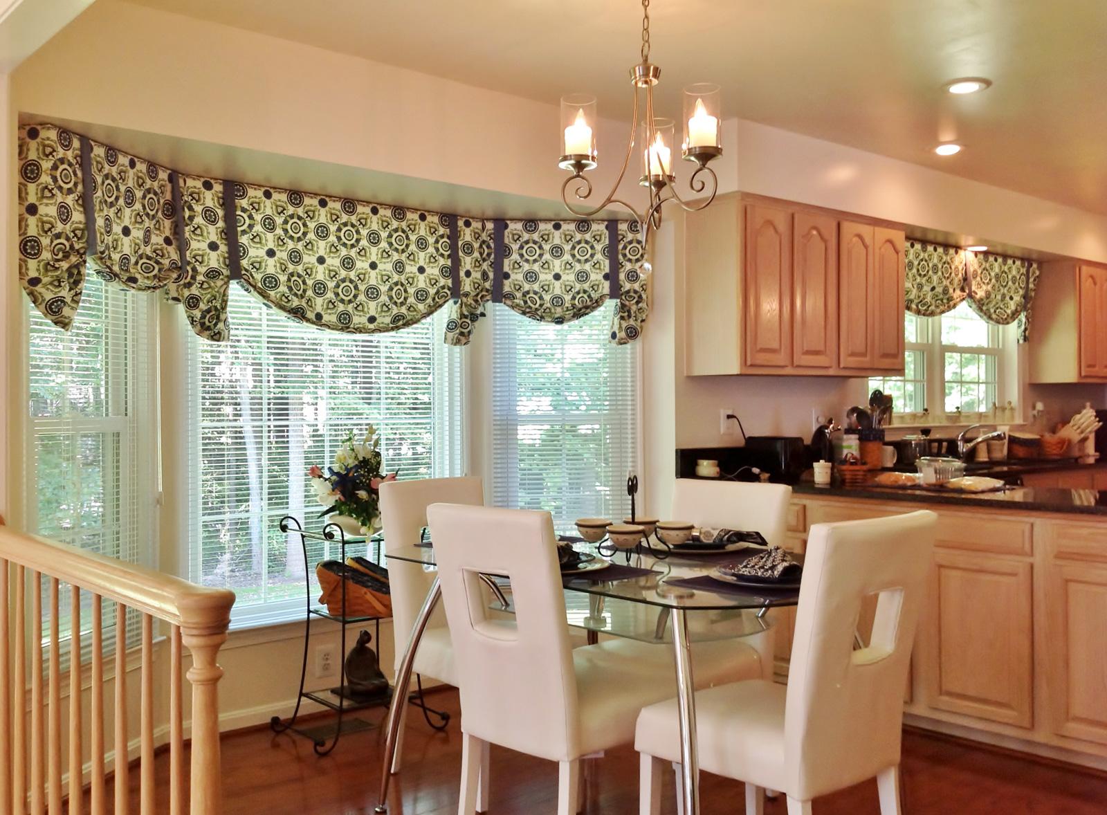 Белые горизонтальные жалюзи и тканевые шторы на кухне