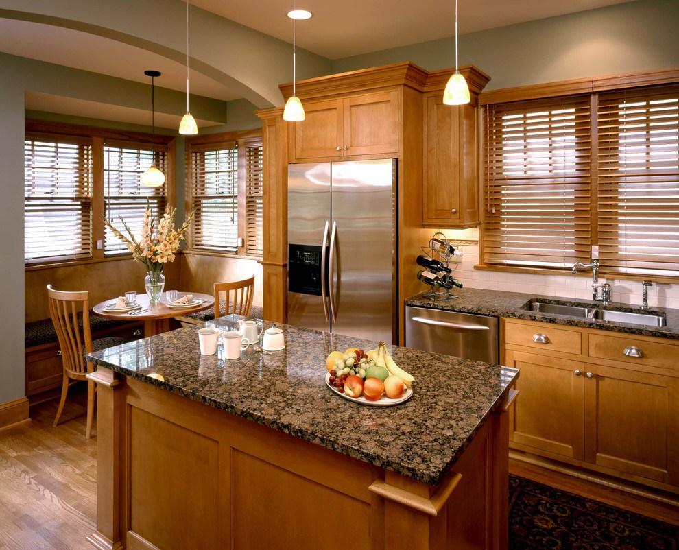 Коричневые горизонтальные жалюзи на кухне