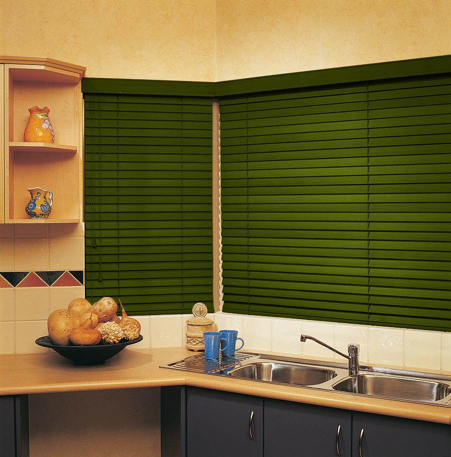 Зеленые горизонтальные жалюзи на кухне