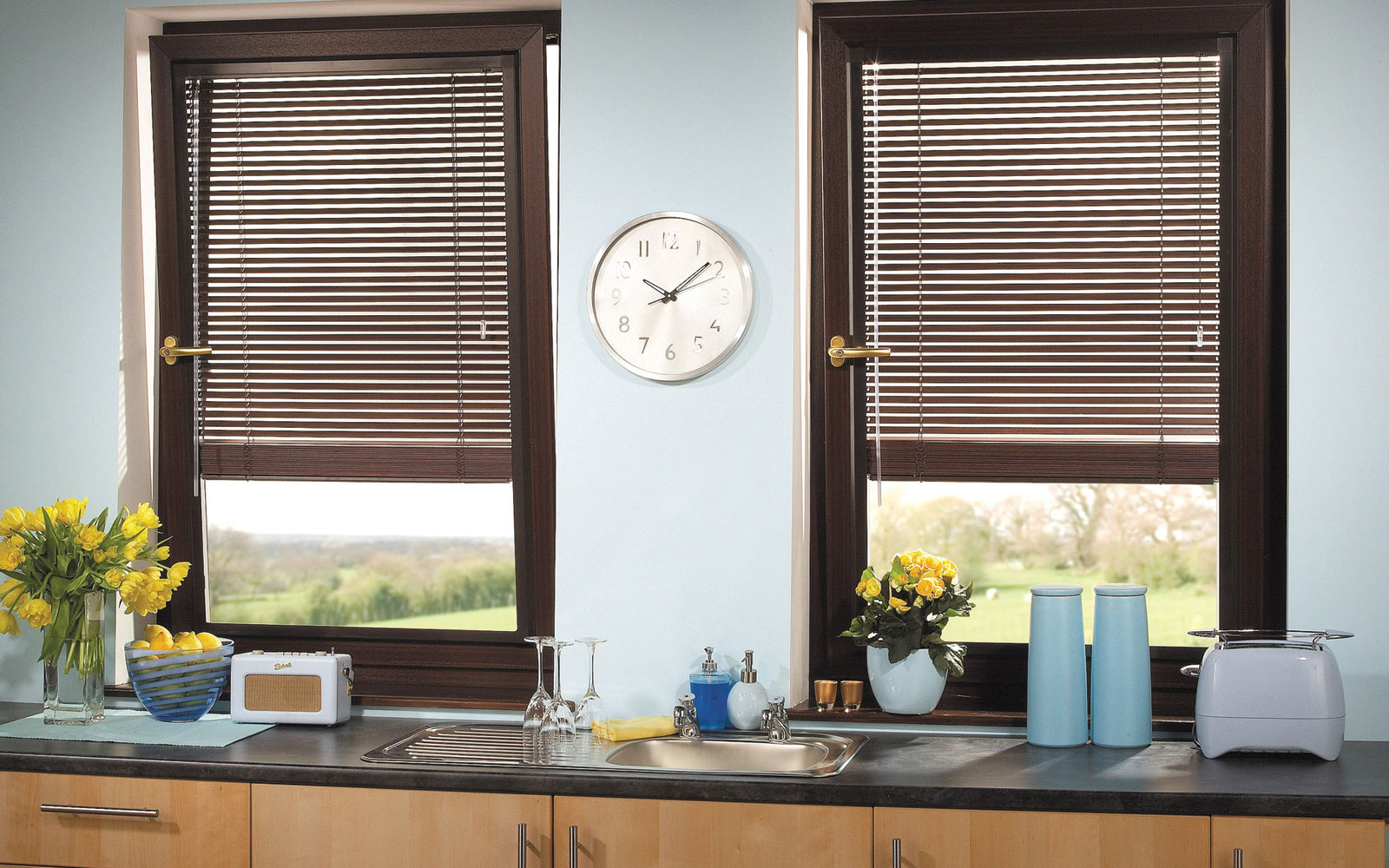 Коричневые жалюзи на два окна на кухне