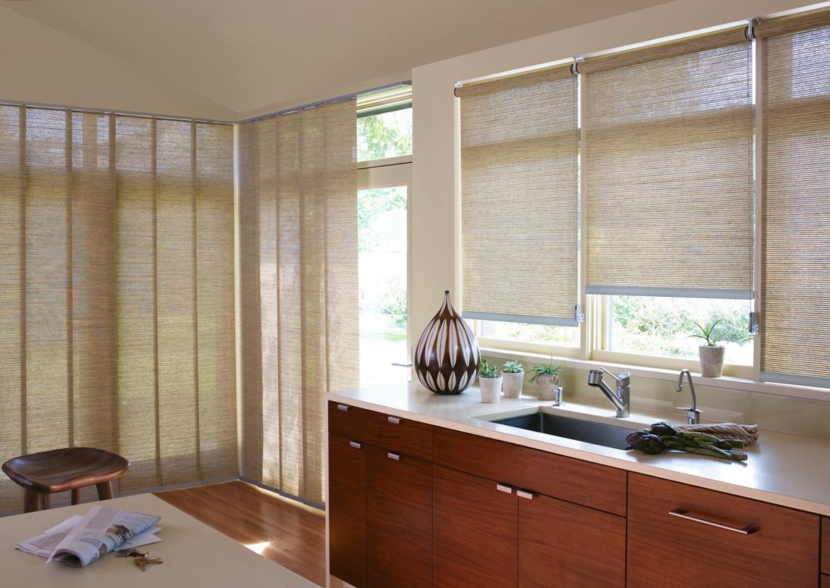 Бежевые рулонные шторы в интерьере кухни