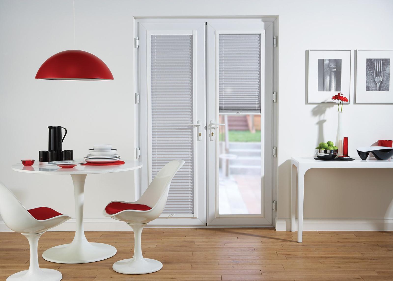Белые горизонтальные жалюзи на двери на кухне