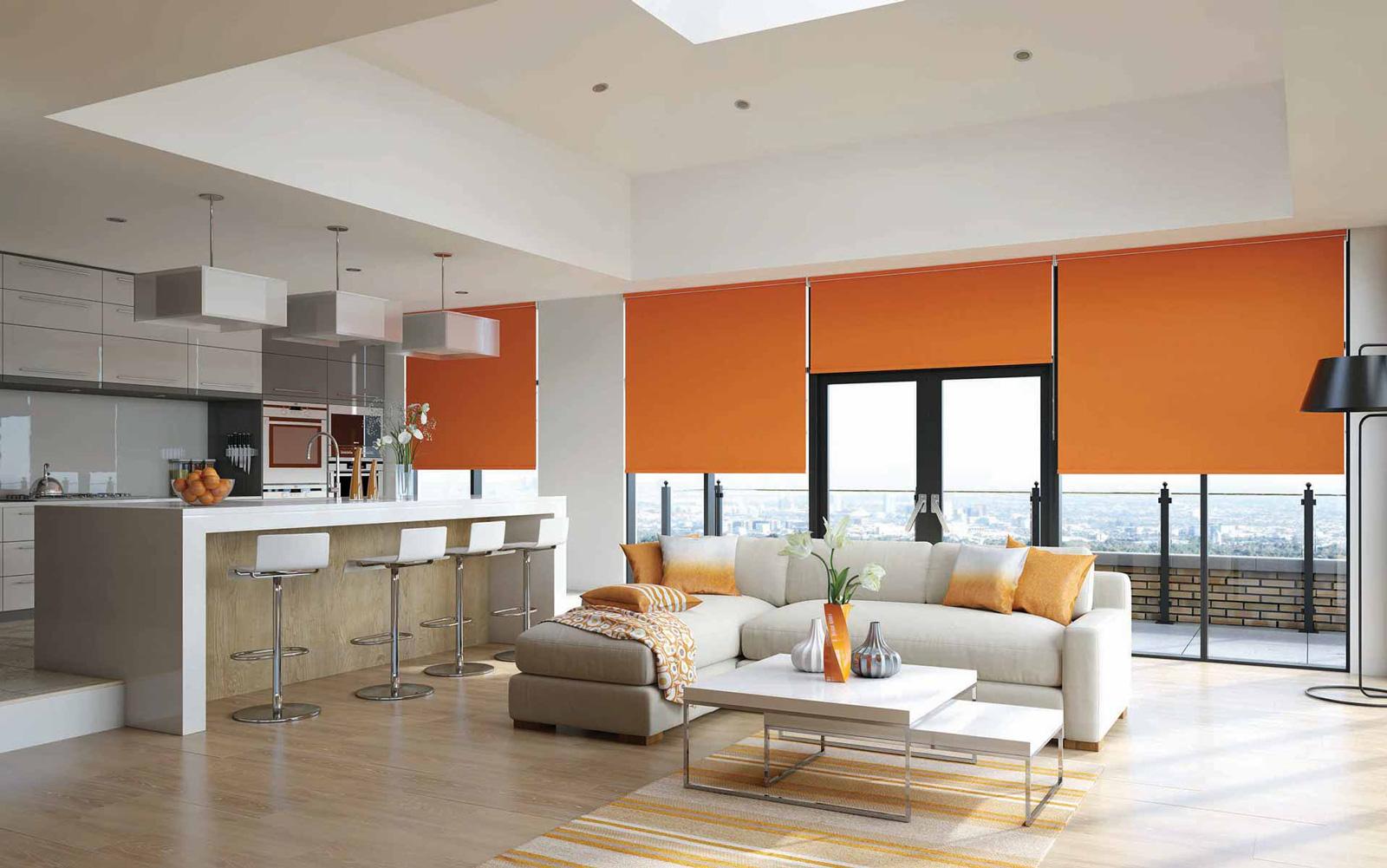 Оранжевые рулонные шторы в гостиной-кухне